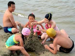 朝鲜民众在松涛园海滨浴场消夏