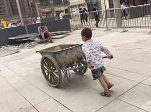 4岁男孩在工地推小车帮妈妈干活:不让干抢着干