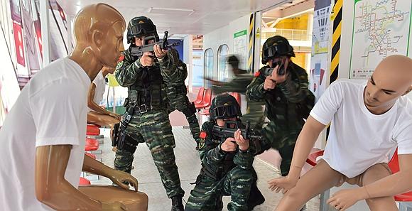 浙江武警对模拟动车进行人质反劫持演练