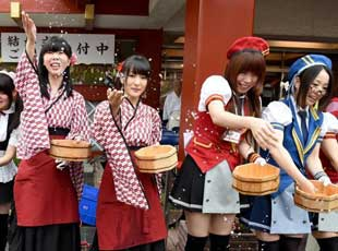 日本一年一度的夏季活动 女仆现身街头洒水