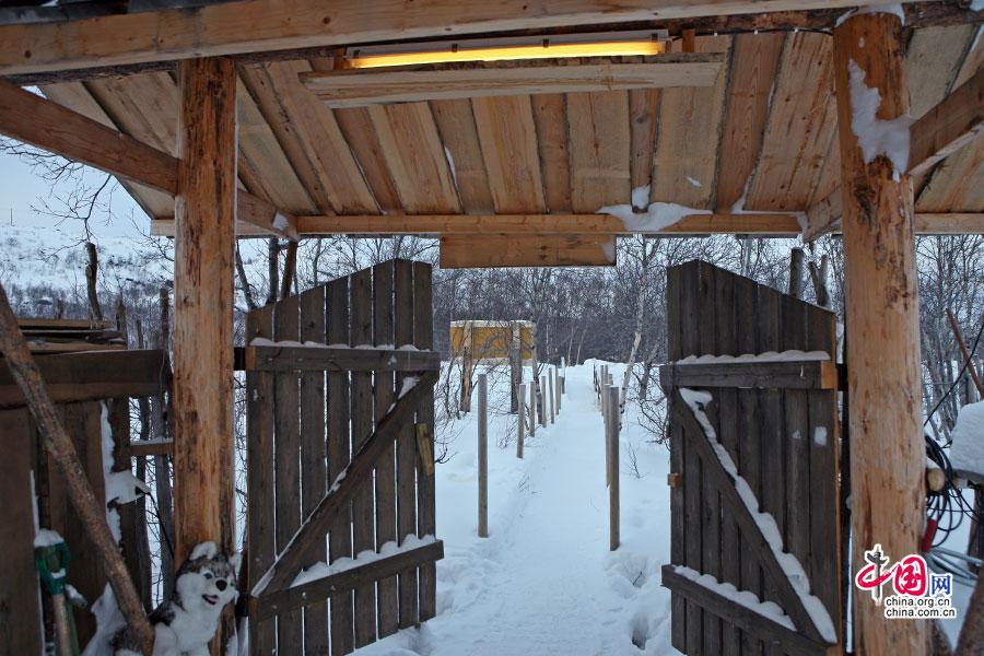 人驻地的木屋             村落以木栅栏做着不同的隔离与围挡