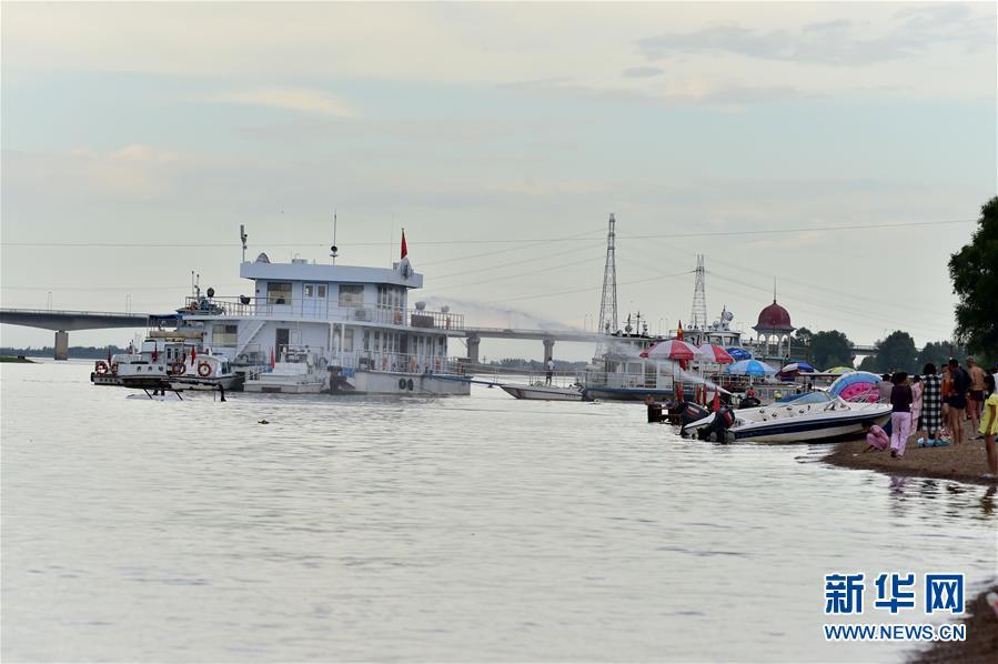 黑龙江一直升机坠江 一名游泳者