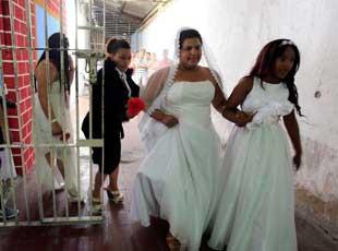 哥伦比亚监狱举行囚犯集体婚礼