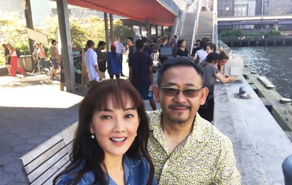 44岁牛莉合影姜武 空气刘海碎花裙