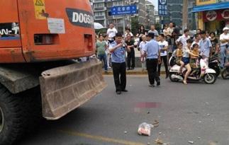 南京:挖掘机开上街将行人碾死