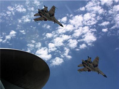 我空军战机在预警机指挥下开展训练