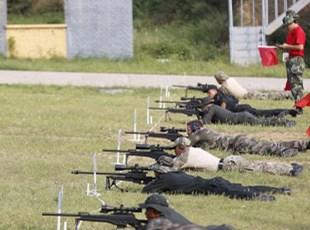 国际狙击手射击竞赛鸣枪开赛 首战钻钱眼