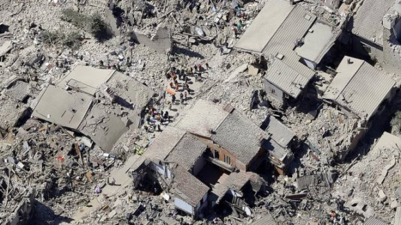 意大利:地震前后对比照 天堂变废墟