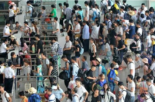 中国各地迎暑运返程高峰 火车站进站口排长队