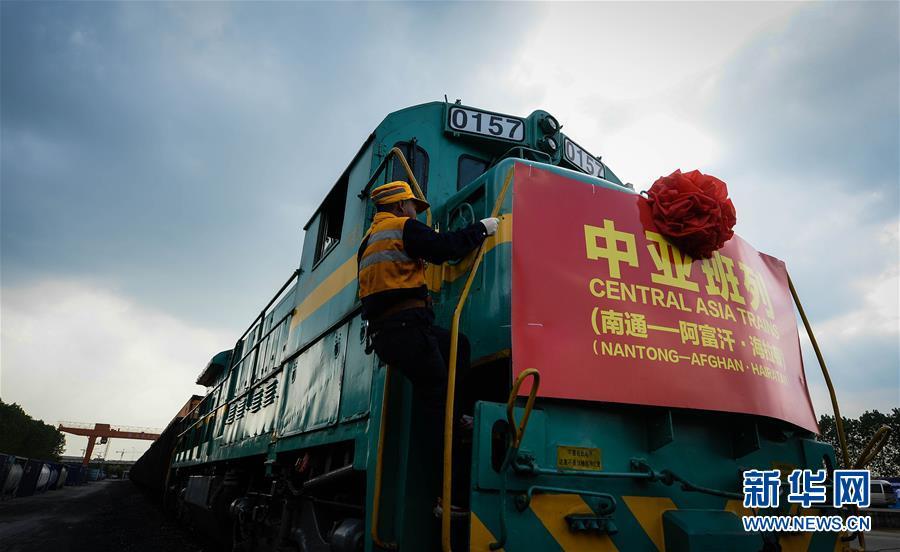 8月25日,在南通铁路货运东站,调车长登上中亚班列(南通—阿富汗海拉顿