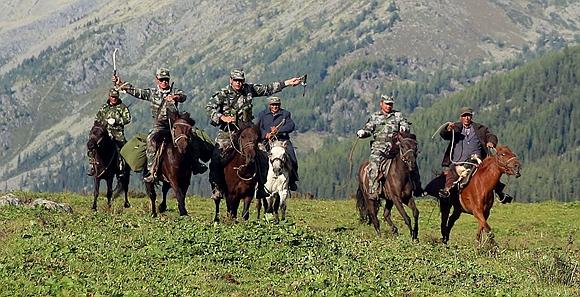 新疆军区某边防团:西线巡逻踏越冰峰仰望界碑