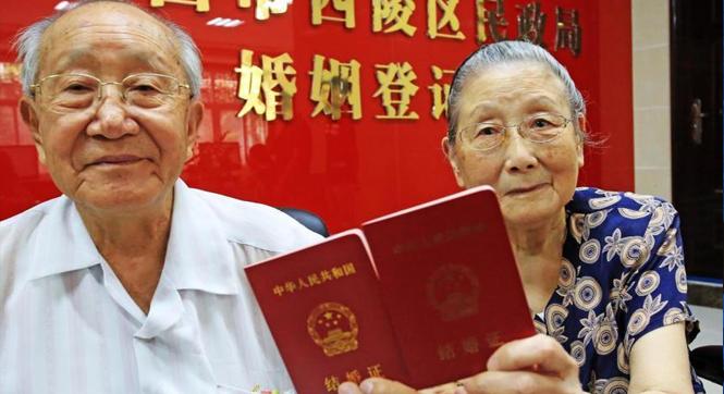 宜昌93岁爷爷携92岁奶奶补办结婚证