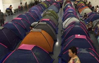高校体育馆搭帐篷供新生家长住宿