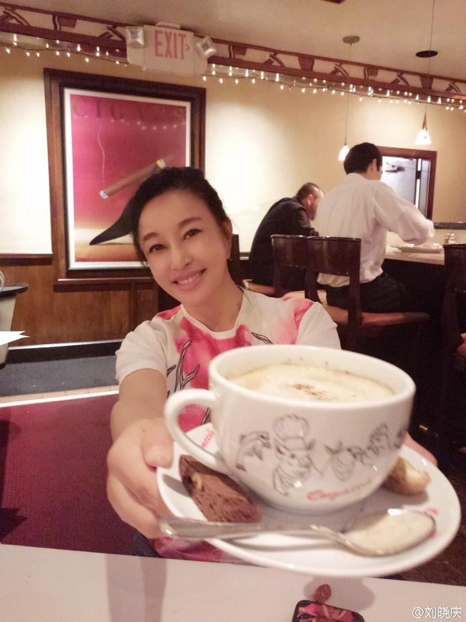 刘晓庆拿咖啡杯
