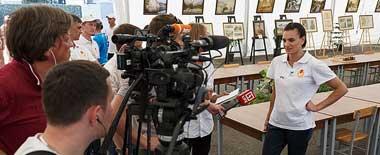 俄'撑杆跳女皇'率奥运精英代表团慰问俄驻叙官兵