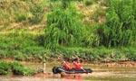 男子浅水处抓鱼遇上游放水被困孤岛