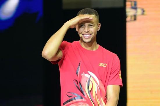 9月2日,库里模仿孙悟空。当日,美国NBA勇士队球员库里来到沈阳大学体育馆,与沈阳球迷互动,分享自己的NBA经验和对篮球的热爱。