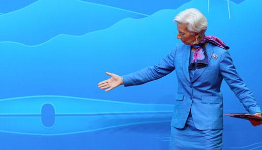 IMF总裁拉加德召开记者会 驻足西湖背景合影
