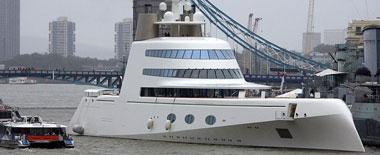 俄亿万富豪超豪华游艇惊现伦敦泰晤士河