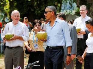 奥巴马参访老挝香通寺 手捧椰子逛寺庙