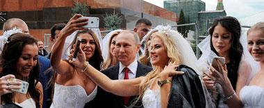 """莫斯科庆祝""""城市日"""" 普京与众新娘合影"""