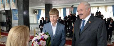 白俄总统携爱子参加议会选举投票