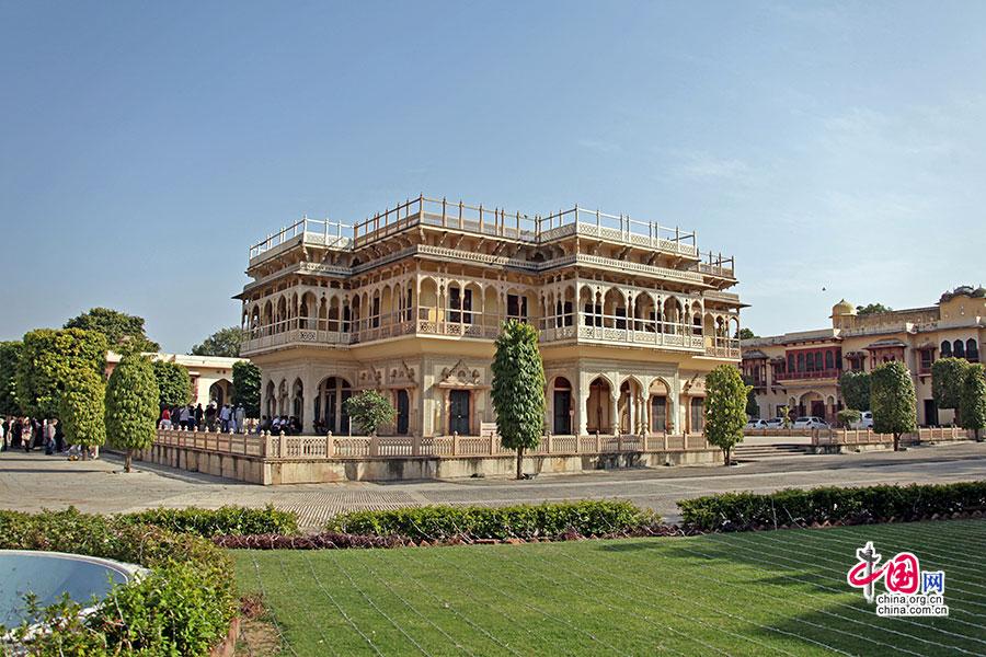 迎宾宫殿由米白色大理石建于一个小平台之上,远看之中有着规整的欧式