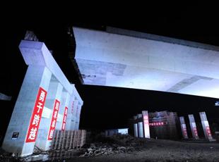 """中国东北吨位最重转体桥完成""""空中转体"""""""