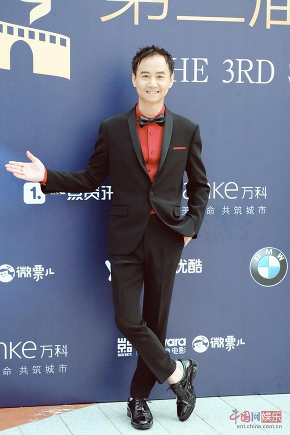 丝绸之路国际电影节开幕 毛孩帅气西装亮相红毯