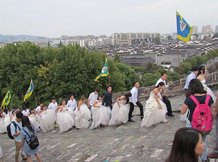 南京65对新人办集体婚礼 共庆明城墙650岁生日