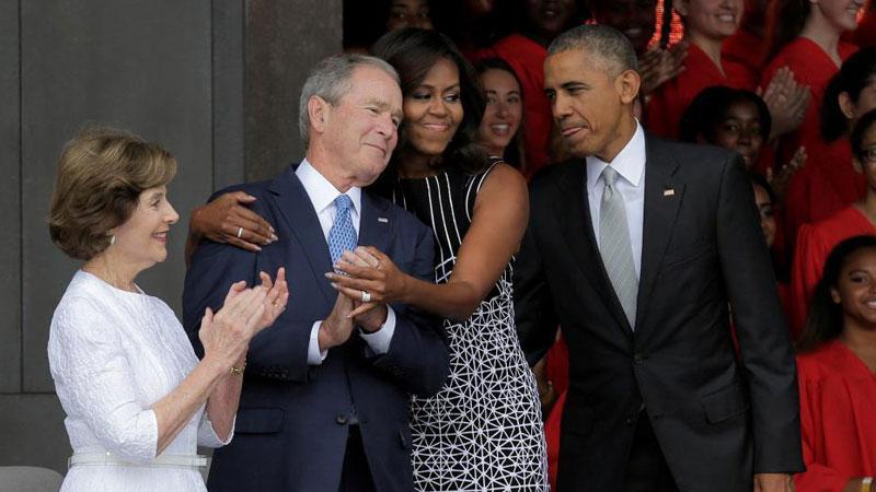 奥巴马出席活动 米歇尔与小布什亲密相拥