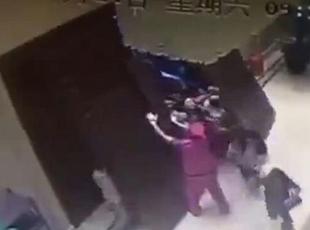 杭州一楼盘开售 抢房者将门撞掉
