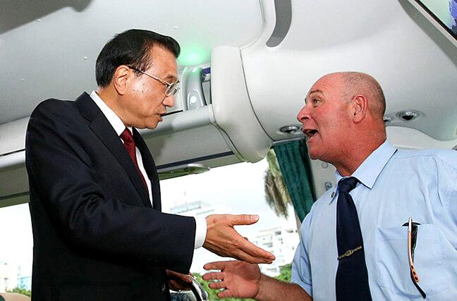 李克强在古巴体验中国出口客车 考察中国装备'走出去'