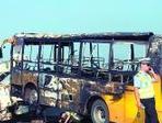 广州校车起火烧得只剩骨架46名学生1分钟被抱下车