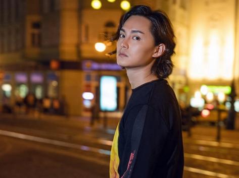 尹正布拉格街头写真 优雅帅气脉脉含情