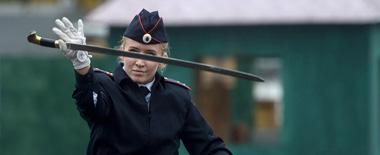 俄警方展示现代警察风采 为市民表演刀术