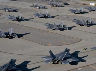 美军大批F22集体转移 原是为躲飓风