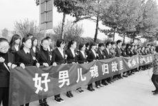 河南三入火海救人英雄魂归故里近万群众送别(图)