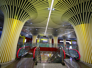 重庆一地铁站如同地下宫殿