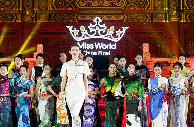 世界小姐中国区总决赛 佳丽雨中展示完美风范