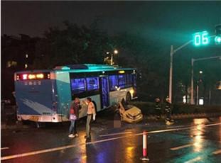 南京一出租车遭公交车碾压2人当场死亡