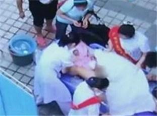二胎孕妇路边急产掉裆里 医生用嘴吸羊水