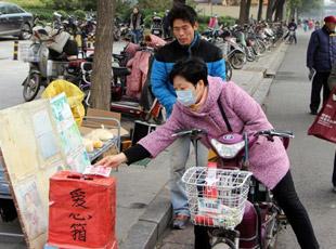 父亲街头卖玉米面为子筹药费