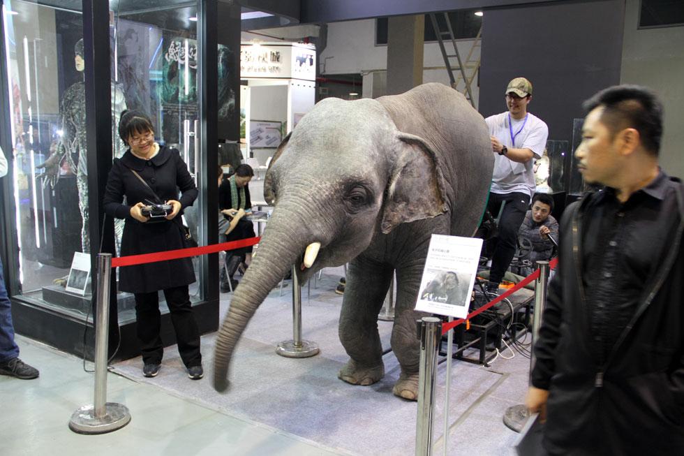 """活泼小象跑进展厅 零距离体验最炫酷""""特效"""""""