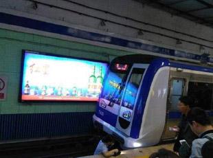 北京地铁二号线有人坠入站台
