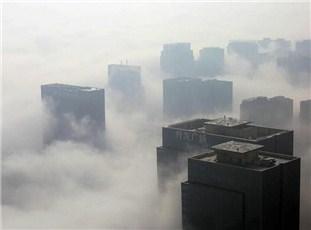 """""""云端之城""""郑州现平流雾 高层建筑若隐若现"""