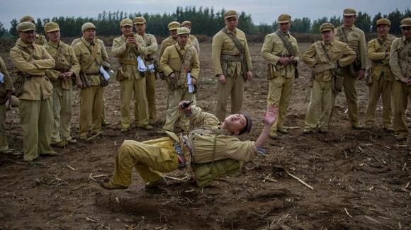 近百名军迷玉米地体验残酷战争