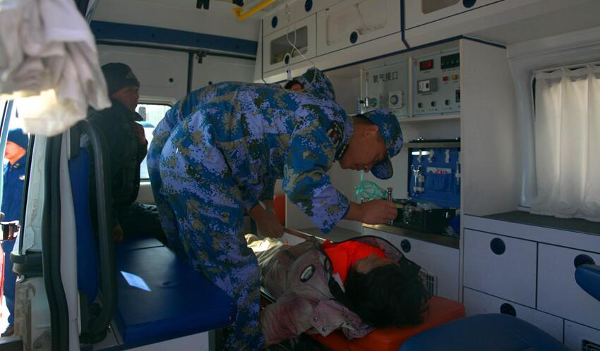海军 直升机 救援 海上被困渔民