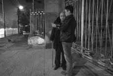 女孩家人连夜街头寻人。京华时报记者 姚锦玥 摄