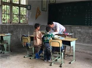 """重庆大山里的""""三人行"""" 村小学只有一师二生"""